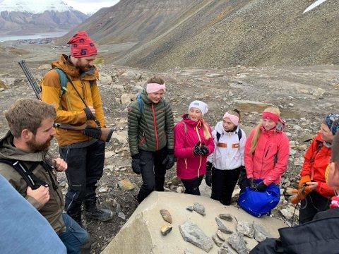 Her har elevene funnet omtrent 50 millioner år gamle fossiler og geolog Lena Håkansson (Universitetssenteret på Svalbard) forteller om klimaendringer i et lengere geologisk tidsperspektiv. Klassen hadde med seg isbjørnvakt på alle turene.