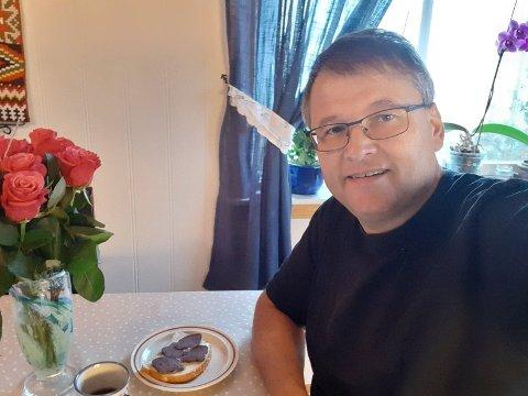 DAGEN DERPÅ: Ap's ordførerkandidat Even Solhaug var alene i huset tirsdag morgen. Han hadde friske roser på bordet, spiste brødskive, drakk kaffe og chattet med partikamerater.