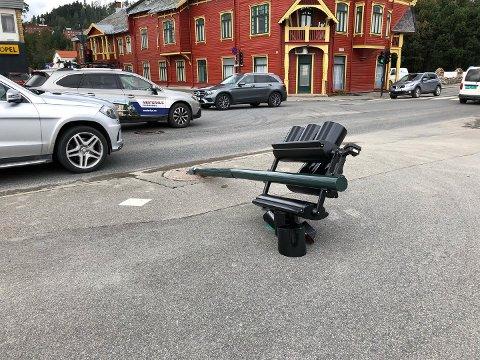 NULL LYS: I krysset mellom Strandgata og Niels Ødegaards gate i Gjøvik gikk det hardt ut over en trafikklysstolpe onsdag formiddag.