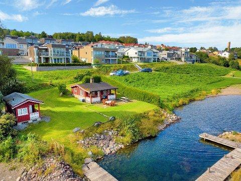 TETT PÅ BYEN: Denne hytta ved Mjøsa ligger tatt på bybebyggelsen på Gjøvik.