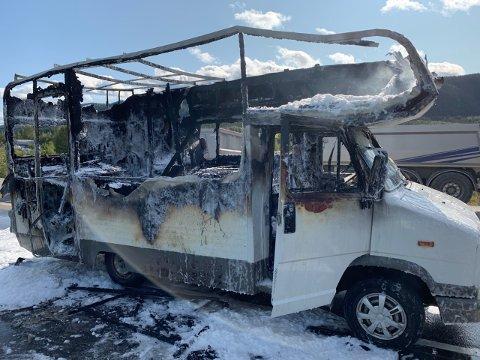 TOTALSKADET: Bobilen som brant på fylkesveg 33 i Nordre Land fikk store skader.