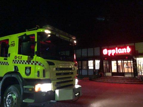 ALARMEN: Brannvesenet rykket ut med to biler til OAs lokaler på Rambekk i Gjøvik.