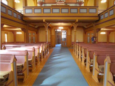 FJERNES?: Teppegulvet i Gjøvik kirke har vært der i godt over 20 år. Nå mener Gjøvik kirkelige fellesråd at tiden er moden for å fjerne teppet. Riksantikvaren er bedt om å komme med innspill.