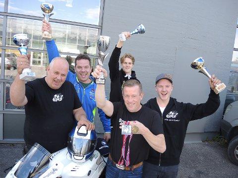 FEIRET SØLVET: Fra venstre Tor Nygård, Per Harald Øyhus, Herman Amundsen og Oliver Øyhus. Bobbo Enger med medaljene sine foran.