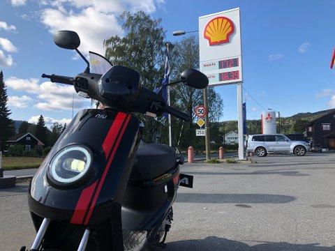 GLEM DET: Du glemmer totalt bensinstasjoner og drivstoffpriser når du kjører elmoped.