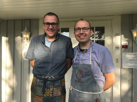 KAFÉDRIFT: Arne Therkelsen og Erik-Ottar Hansen har ønsket kafegjester velkommen til gårdstunet i Totenvika i seks år. Fra høsten er det slutt.
