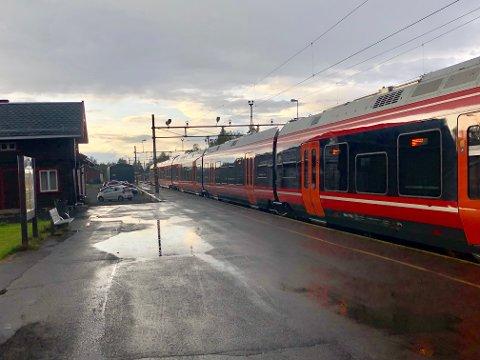 TOGSTANS: Lørdag og søndag er det ingen tog som passerer Jaren stasjon.