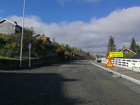 STØTTEMUR: Huseierne hevder støttemuren har blitt skadet på grunn av veiarbidet på Tongjordet. Hvem har ansvar for det?