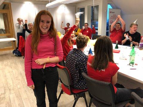 FULL JUBEL: Med 28,5 prosents oppslutning ble Arbeiderpartiet vinneren av årets skolevalg i Innlandet. Det førte til stor jubel for leder Ingrid Tønseth Myhr og de andre som møtte fram under valgvaken i partiets lokaler i Gjøvik sentrum onsdag kveld.