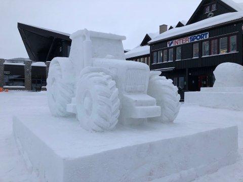 BROOOM: Firehjulstrekkeren i snø er den mest synlige skulpturen på parkeringsplassen i sentrum av Beitostølen.