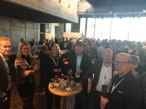 MINGEL-FEST: Her er noen av Gjøviks profiler samlet i en pause på Agenda Innlandet. Over 500 mennesker møtte frem på Innlandets kiickoff-arrangement.