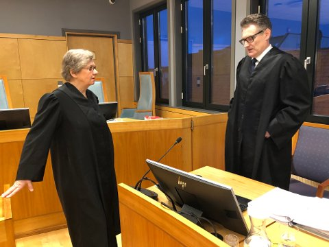 Kvinnens advokat, Maggi Vineshaugen Rødvik og Gjøvik kommunes advokat Lars Braastad i samtale før retten ble satt på Hamar.