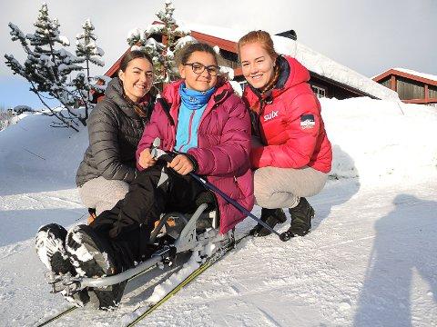KLAR FOR HØYDEPUNKTET: Elsa Andrine Aursnes (15) med ledsagere Guro Vattøy og Linn Hegland er klar for Barnas Ridderrenn fredag.