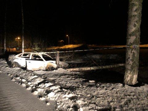 BRANN: Onsdag kveld var bilen fortsatt i vegkanten ved parkeringsplassen på Øverby.
