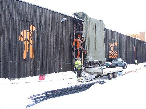 FØRSTEINNTRYKK: Pictogrammene på Sør-Aurdalshallen forteller at her skal det drives skole, svømming, musikk, idrett.