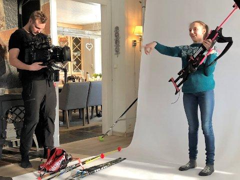Danske filmprodusenter var på besøk hos Lene Jøranli hjemme i Klopvegen på Dokka får å lage reklamefilm for skiskytterforbundet onsdag.