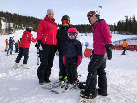 UT PÅ SKI: Ida Skogen var på Åpen Bakke sammen med Eline (4), Oliver (11) og Therese (11). De to eldste barna har sesongkort, mens Eline nøt godt av billigtilbudet Åpen Bakke.