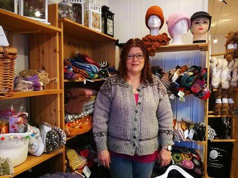 FULL BUTIKK: Dorthe Kristiansen fra Den glade sau på Dokka har butikken full med strikketøy. På grunn av at så mange ønsker hundegarn, blir hun nødt til å holde stengt frem til 30. januar.