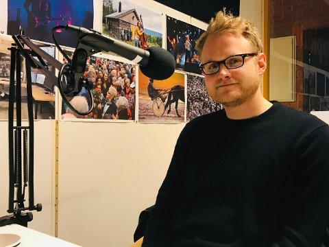 ALLSIDIG: Alexander Rostad trakterer både gitarer, foto- og filmapparat med den største glede og selvfølge.
