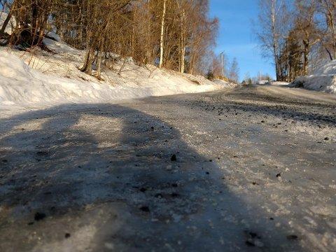 GLATT: Det er høvlet og strødd, men likevel bratt og litt glatt. Vinteren har bydd på utfordringer for tunge renovasjonskjøretøy i Gjøvikregionen.