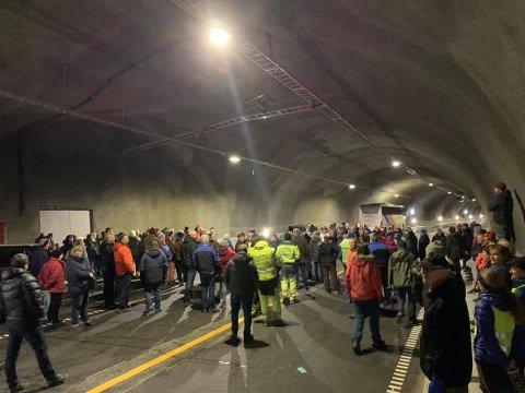 STOR OPPSLUTNING: Folket i Vang kom mannsterkt for å seden nye og snart åpningsklare tunnelen fra innsiden. Foto: Vidar Eltun