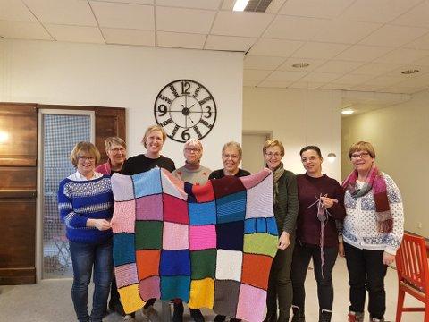 Strikk og snakk er et samarbeid mellom Gjøvik Sanitetsforening og PULS-Ditt værested. Her er et strikketeppe som ble laget. Nye prosjekter venter denne våren!