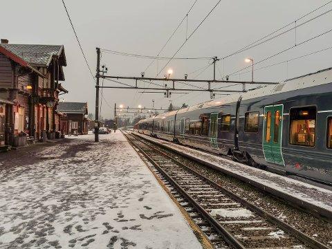 Her er toget som har returnert til Jaren stasjon. Det har akkurat kjørt en buss herfra til Gjøvik