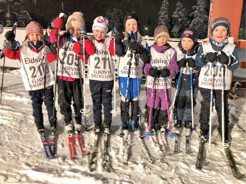 Sofie (f.v), Lilly, Emilie, Jenny, Tuva, Ole august og Henrik jublet for nysnø og vintervær til onsdagens klubbrenn på Øverby i regi av Gjøvik skiklubb.