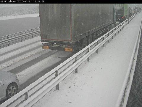 KØ: Slik så det ut på Mjøsbrua ved 12.30-tiden fredag.