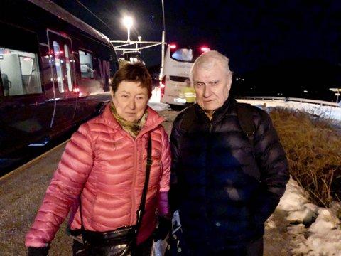 KALDT: – Det var kaldt og kjedelig å vente i så mange timer, sier Eva og Edgar Vestby fra Lunner. De var to av 50 passasjerer som ble sittende fast i toget etter kollisjon med et tre fredag kveld.