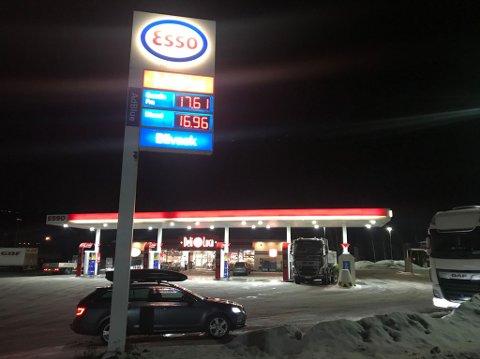 Kostbart: Drivstoffpriser på Esso i Brumunddal tirsdag morgen. Den lå litt lavere blant annet hos Shell.