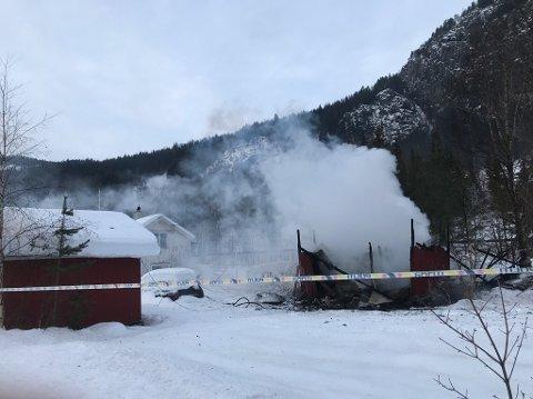 NEDBRENT: En gammel låve, som ligger på et småbruk ikke langt fra E16 i Begnadalen, brant ned til grunnen torsdag morgen.