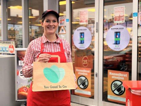 FORUNDRINGSPOSE: Lisbeth Ulsaker hos Circle K Raufoss har reddet over 2000 poser med spiselig mat fra å bli kastet.