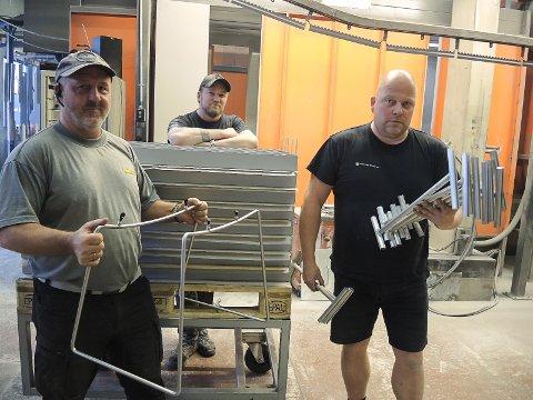 TRE ANSATTE: Kjell Arne Neset, Thomas Solum og Jostein Tollefsrud er de tre som jobber hos Oppland Pulverlakkering.