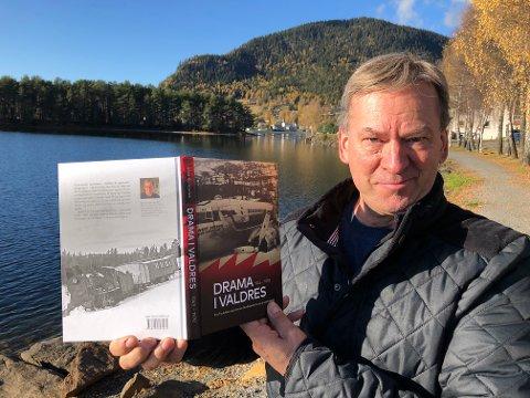 230 SIDER DRAMATIKK: Kåre Kompelien har samlet dramatiske historier fra Valdres. Her står han ved Strandefjorden der et passasjerfly gikk gjennom isen i 1950. FOTO: INGVAR SKATTEBU