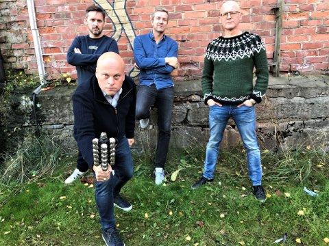 ALVORLIG ARTIG: Jonas Rønning (foran), Jan Martin Johnsen (bak fra venstre), Paul Håvard Østby og Torbjørn Dyrud poserer som hardbarka rockestjerner og signaliserer med det at de tar på seg oppgaven med å spre julemoro på aller dypeste alvor.
