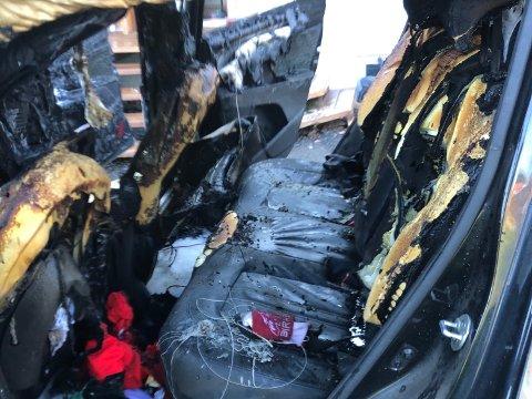 TOTALSKADD: Slik så bilen ut innvendig etter bilbrannen i Lensbygda på Østre Toten lørdag formiddag.