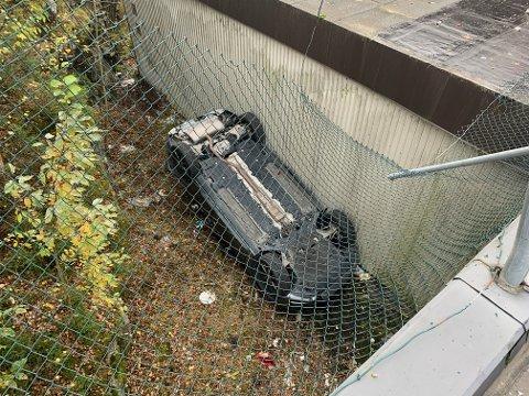PÅ TAKET: Her ligger bilen etter å ha rygget av taket. Foto: Tore Jan Fevang