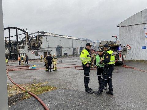 ETTERFORSKER BREDT: Politiet har grunn til å tro at begge de omkomne etter brannen i Moelv er fra Gjøvik. Det utelukkes ikke at politiet står overfor en drapssak.