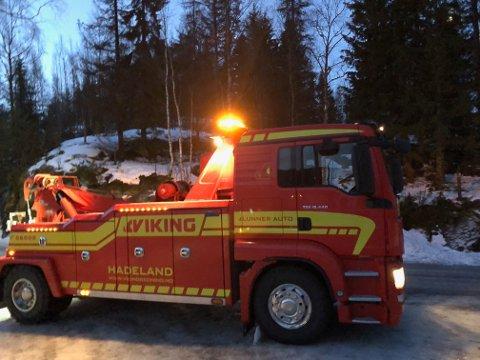 UHELDIG: En bergingsbil fra Lunner Auto var litt uheldig på et av mange oppdrag tirsdag. Arkivfoto: Jørn Haakenstad