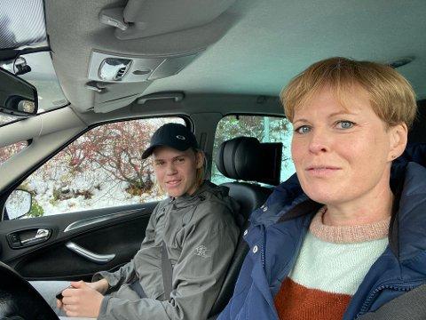 Stine Radmann (til høyre) har måtte takle konfirmasjonsforberedelser til datteren og karantetid på sønnen samtidig. Her er Stina og Gaute på vei til koronatesting.