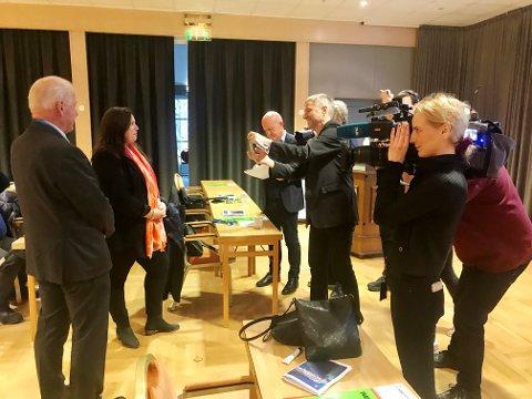 STILLE FØR STORMEN: Stor interesse for nominasjonsmøte i Frp i Oppland. Carl I Hagen og Wenche Haug Almestrand stiller til fotografering i forkant av slaget