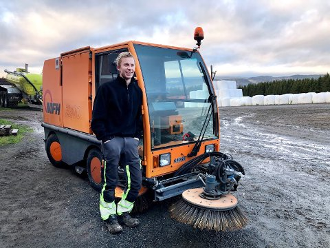 NYE MASKINER: – Jeg har vokst opp midt i et byggefelt, men fikk tidlig interesse for alt som durer, sier Mats Linnerud Borge, som bygger opp egen maskinpark i tillegg til lærlingjobben. I sommer kjøpte han sopemaskin sammen med Jostein Overn.