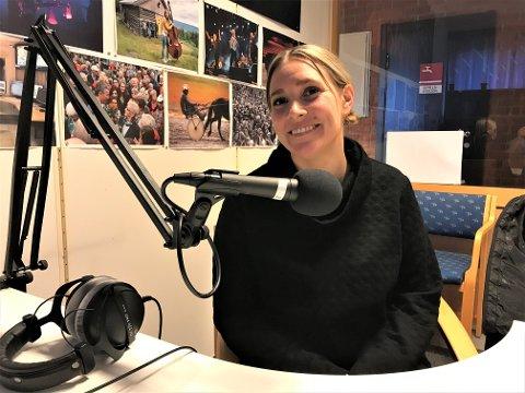 PÅ DATER'N: Angelina Amlien tar stevnemøtene sine inn i podkaststudio. Dog i et annet studio enn OA-podden sitt!