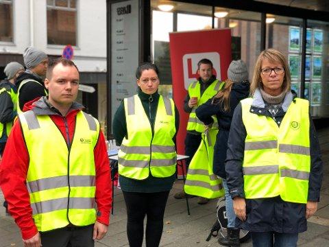 STORGATA 10: Streikere fra Avarn har møtt opp i Storgata 10 i Gjøvik. Her ved vekter Marius Johansen, tillitsvalgt Monica Lillehagen, og  Distriktssekretær i Norsk Arbeidermandsforbund i Innlandet, Hilde Støen Kvam