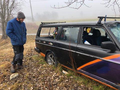 ANMELDT: Jon Erling Hov var i ferd med å sette i stand bilen da han oppdaget at noen hadde knust alle rutene.