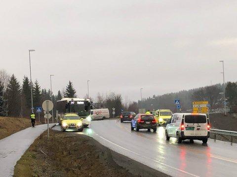 KJEDEKOLLISJON: En buss kjørte inn i en personbil ved denne rundkjøringa på Raufoss torsdag morgen.