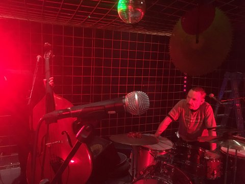GUTTA I BURET: Dog Valley Fever, her representert ved bassist Uri Sala og trommis Sven Andréen, går i buret på sin neste musikkvideo.