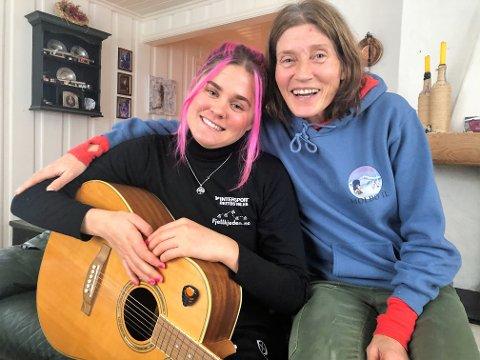 GØY: Ronja Håkenstad Evertsen tar gjerne en trall på gitaren for sin mamma og treningspartner Anita Håkenstad. Evertsen.