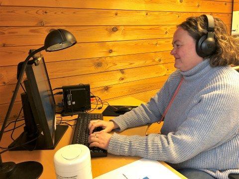 EN VENNLIG STEMME: – Jeg lytter til det folk har å si uten å fordømme noen, sier Silje Kristin Lismoen, fersk frivillig på Kirkens SOS i Innlandet.